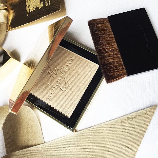 Burberry Gold Glow Fragranced Luminizing Powder and brush