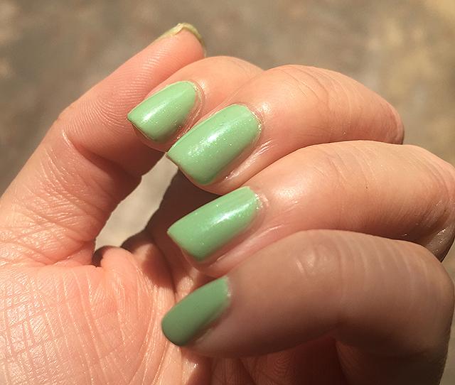 Chanel Le Vernis Fraicheur nail swatch under sunlight