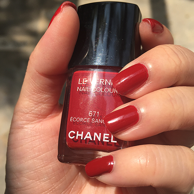 Chanel Le Vernis Ecorce Sanguine nail swatch sunlight