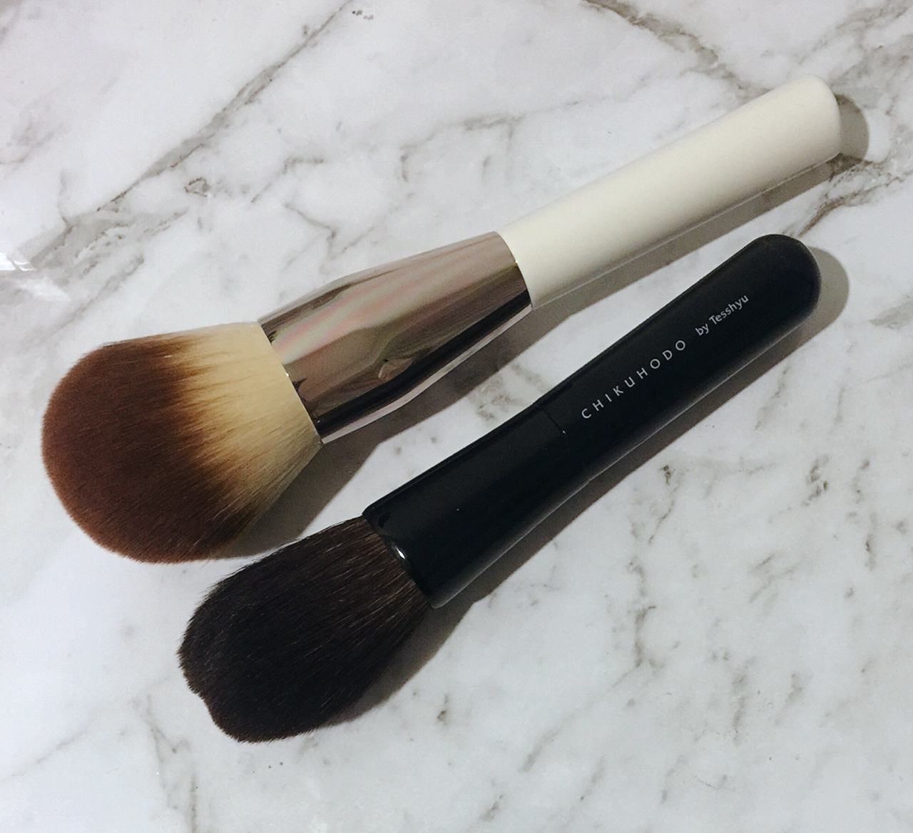 la-mer-the-powder-brush-comparison-with-chikuhodo-z9