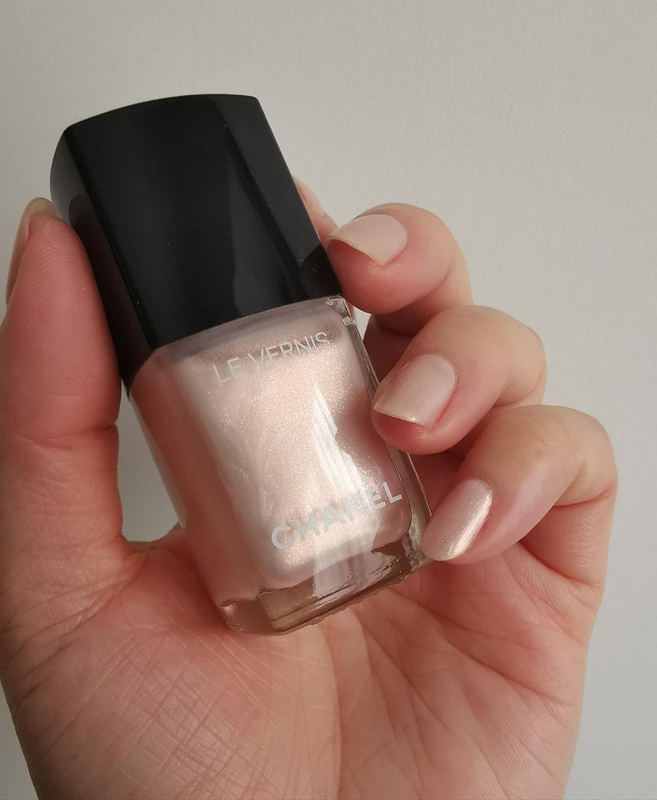 Chanel Le Eau de Nacre nail swatch